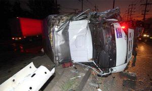 รถบรรทุกพลิกคว่้ำ บาดเจ็บ 2 ราย